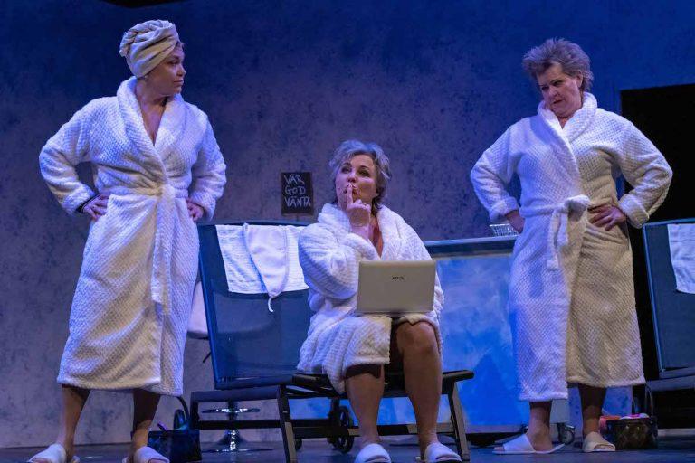 Modne damer i morgenkåbe - Landsteatret
